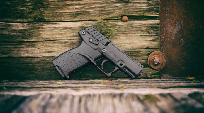 pistola calibro 22 LR Keltec P17 davanti a sfondo di legno