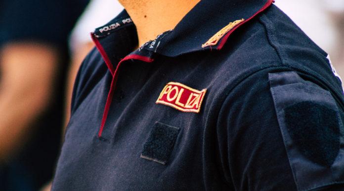 uso dell'arma di servizio: primo piano supoliziotto italiano