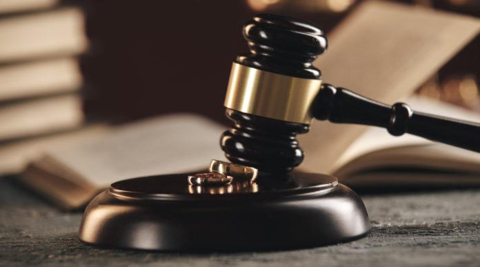 armi ereditate: martello del giudice a simboleggiare la sentenza della Cassazione