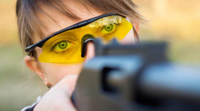 coppa del mondo di tiro a volo: primo piano su occhi della tiratrice che prende la mira con la carabina