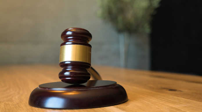 La Cassazione sulla qualifica di arma clandestina: martello del giudice in primo piano