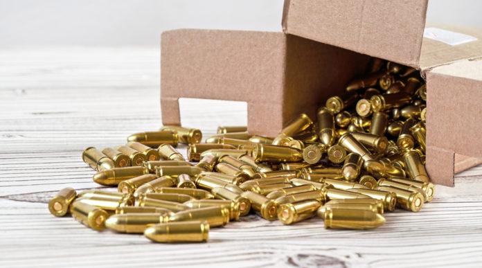 Licenza di deposito esplosivi: scatola di cartone aperta, con munizioni