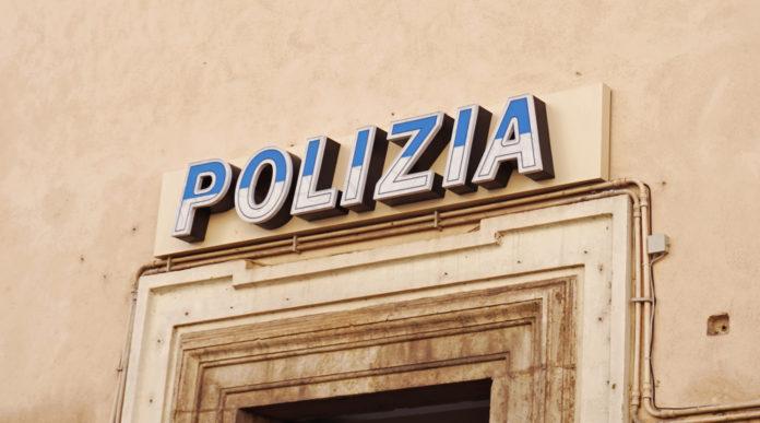 codici identificativi per i poliziotti: insegna della polizia sopra ingresso