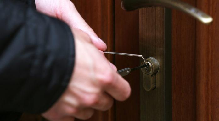 nuova legittima difesa: aggressore tenta di aprire la porta di casa