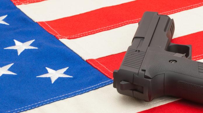 porto occulto negli Stati Uniti: pistola su bandiera americana