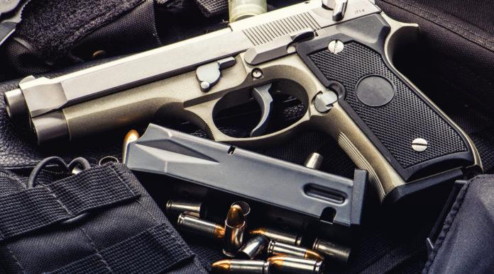caricatore come parte di arma: pistola con caricatore e munizioni