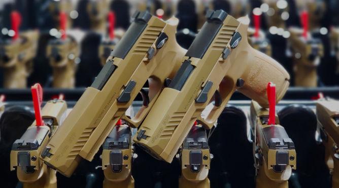 Sig Sauer consegna le prime 100.000 nuove pistole dell'esercito americano