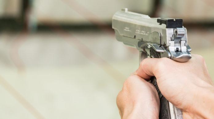 sport per i giovani: uomo impugna pistola ad aria compressa