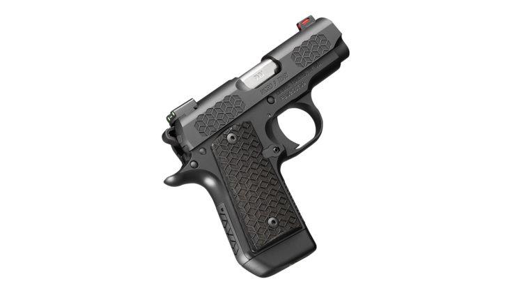 la pistola kimber micro 9 triari puntata verso l'alto