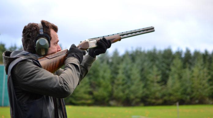 Calendario delle gare di tiro a volo 2020: tiratore imbraccia fucile per sparare a piattello