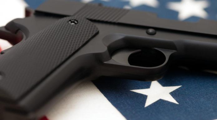 Numero di armi negli Stati Uniti: pistola su bandiera americana