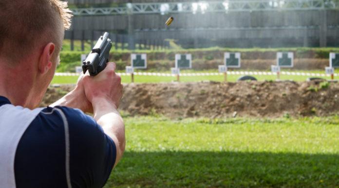 munizioni sportive in piombo: tiratore spara a bersaglio con pistola
