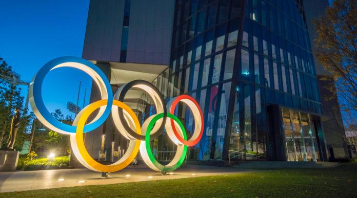 Il Cio apre a un possibile slittamento dei Giochi olimpici: installazione cerchi olimpici in Giappone