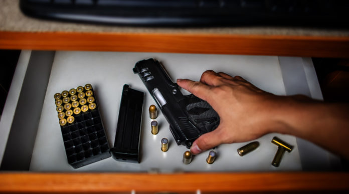 Custodia di armi: pistola con caricatore in un cassetto