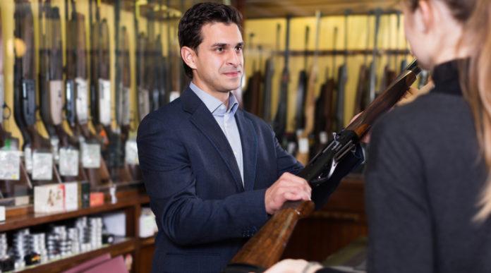 Un mese di servizi per le armerie offerto gratuitamente da Assoarmieri: armiere porge fucile a donna