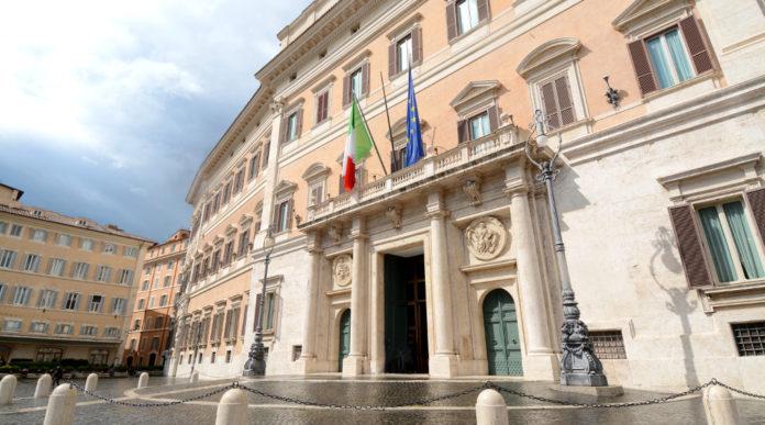 Validità del porto d'armi: facciata di palazzo montecitorio, sede della camera dei deputati