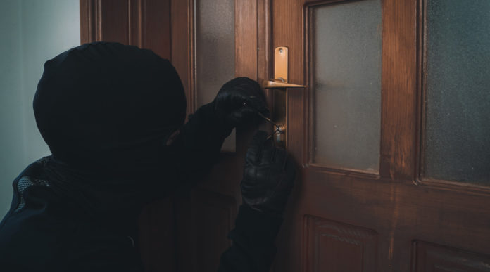 nuova legittima difesa: ladro in passamontagna scassina serratura