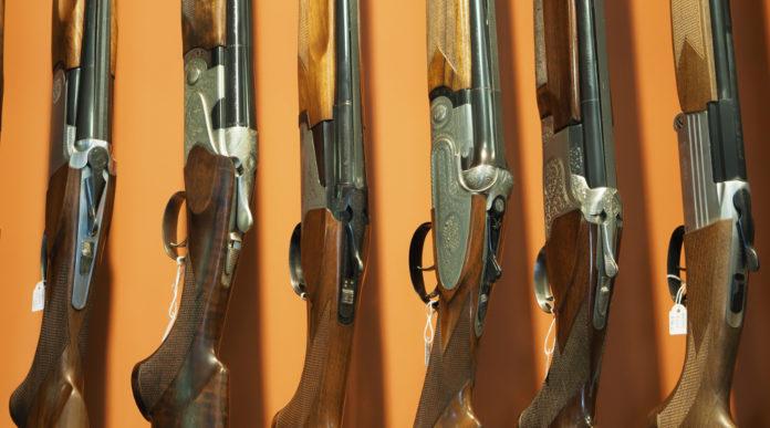 Accesso al credito per le armerie: fucili in mostra in un'armeria