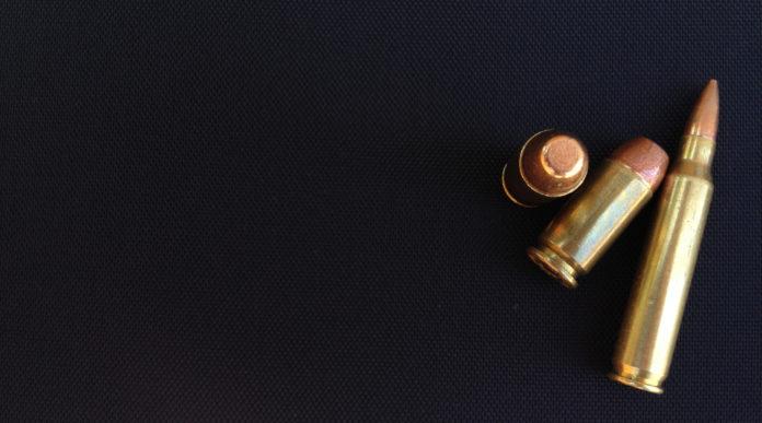 obbligo di denuncia delle munizioni: tre munizioni su sfondo nero