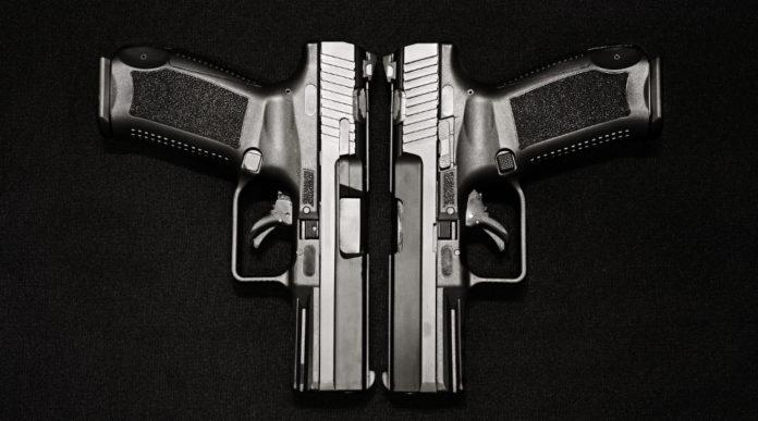 detenzione illegale di più armi: due pistole con carrello affiancato e canna verso il basso