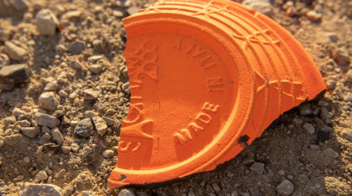Gran premio di fossa olimpica: piattello arancione colpito, rotto a terra
