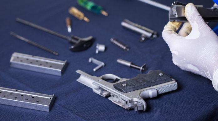 corsi di Conarmi: armaiolo con pistola da montare