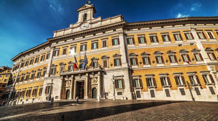proroga del porto d'armi: facciata di palazzo montecitorio, sede della camera dei deputati