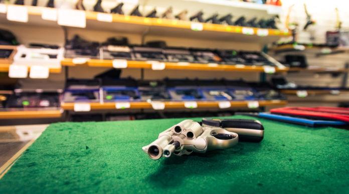 industria delle armi americana: revolver sul bancone di un'armeria