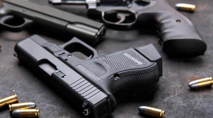 notizie sulle armi: pistole su tavolo