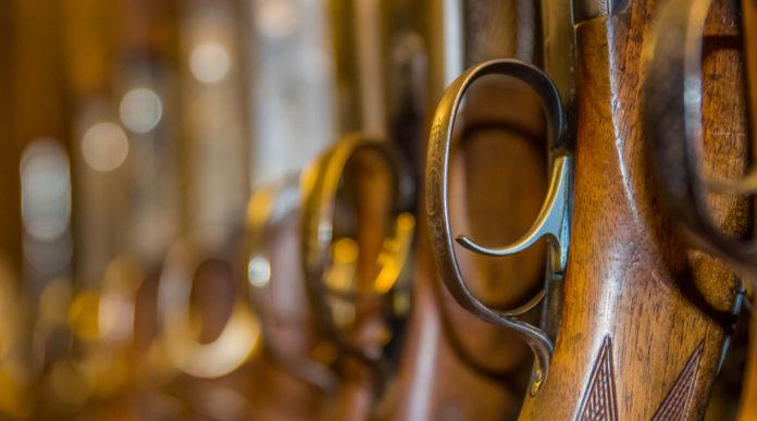 commercio di armi: fucili nella rastrelliera