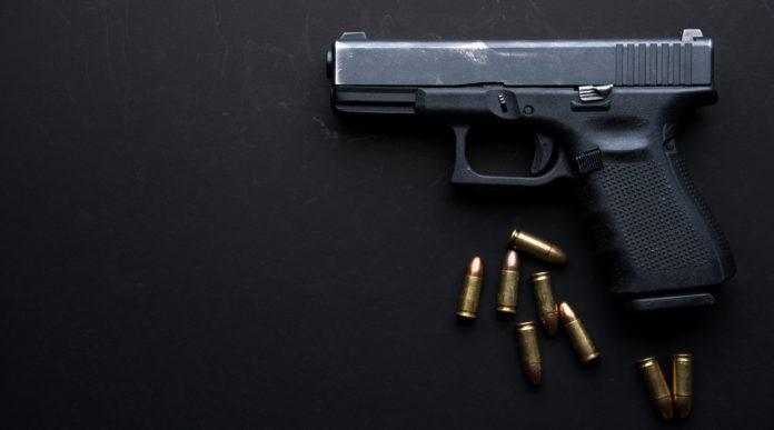 notizie sulle armi: pistola su fondo nero, sei proiettili