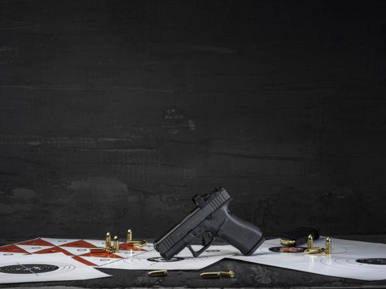 bersagli da tiro a segno e munizioni insieme alla pistola glock g43x mos