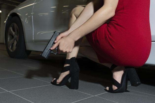 modella impugna la pistola glock g43x mos