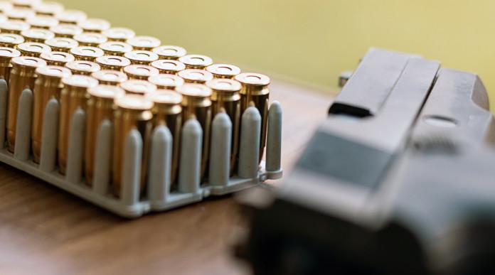 denuncia di munizioni dopo reintegro: munizioni su tavolo insieme a pistola