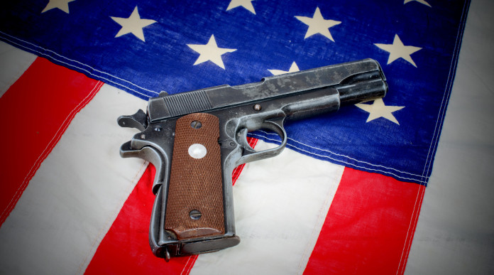 background richiesti: pistola su bandiera americana