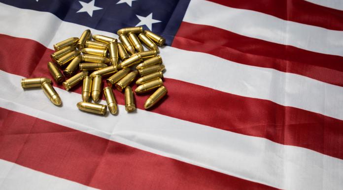 mercato delle armi in america: munizioni su bandiera americana
