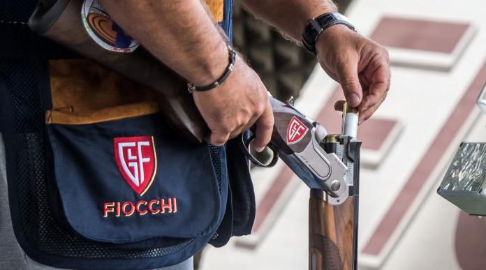 27° Fiocchi Day: tiratore carica fucile con munizioni Fiocchi