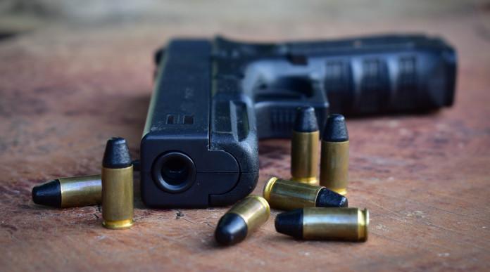 armi 9x19 in Italia: pistola 9x19 con munizioni su tavolo di legno
