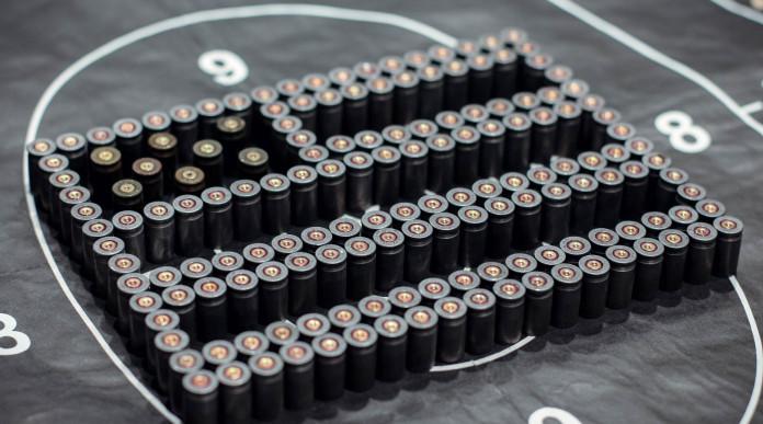 mercato delle armi negli Stati Uniti: bandiera americana formata con munizioni