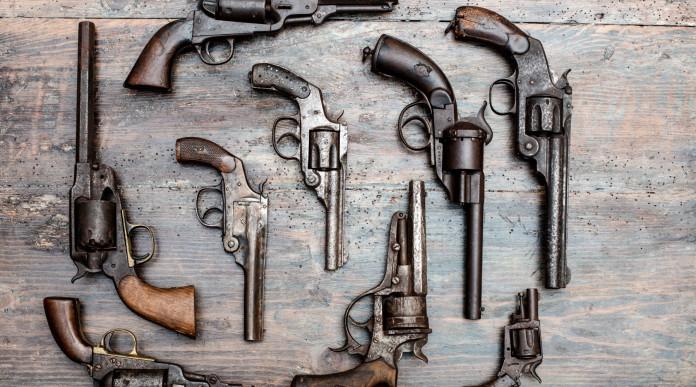 licenza per armi in collezione: revolver vintage su un tavolo