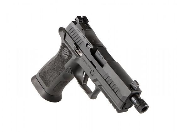 da destra, la pistola sig sauer P320 XCarry Legion appoggiata sulla canna