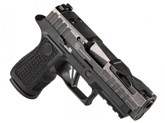 destra, la pistola microcompatta Sig Custom P320X Compact Spectre appoggiata sulla canna