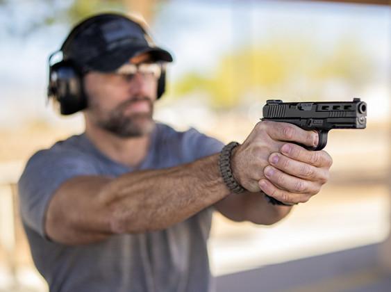 tiratore impugna pistola striker fired rock island stk100