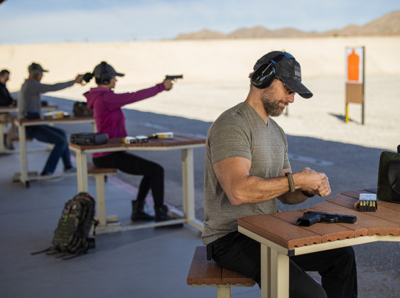 tiratore prepara pistola striker fired rock island armory stk1000