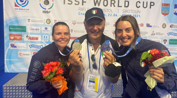 Coppa del mondo di tiro: il direttore tecnico Albano Pera con Silvana Stanco, oro, e Jessica Rossi, argento