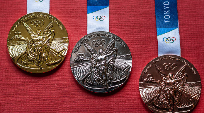 Tiro a volo a Tokyo 2020: medaglie olimpiche su fondo rosso