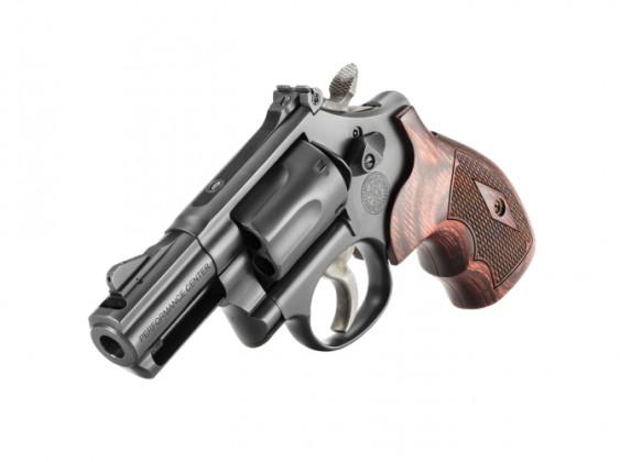 appoggiato sulla canna, il revolver Smith & Wesson Model 19 Carry Comp