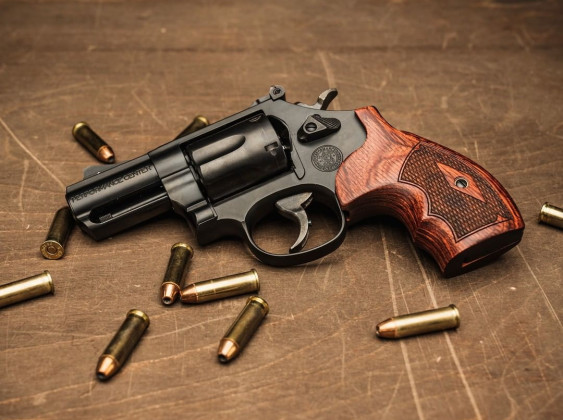 circondato da proiettili, il revolver Smith & Wesson Model 19 Carry Comp