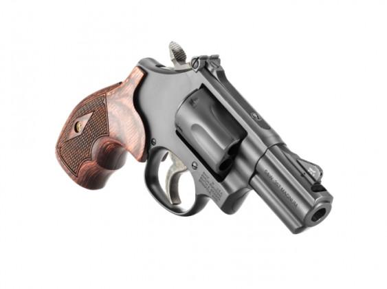 da destra, il revolver Smith & Wesson Model 19 Carry Comp appoggiato sulla canna