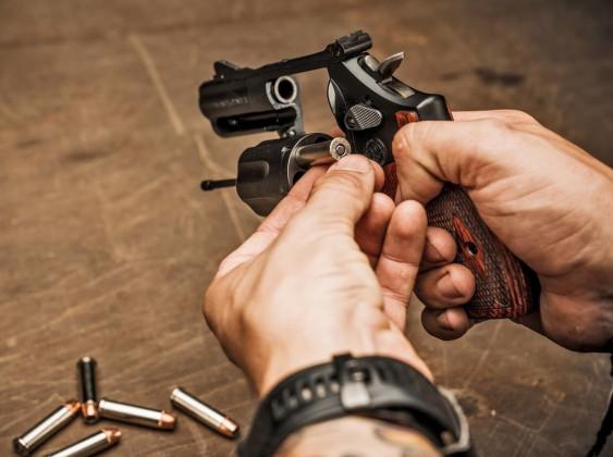 operatore carica il revolver Smith & Wesson Model 19 Carry Comp